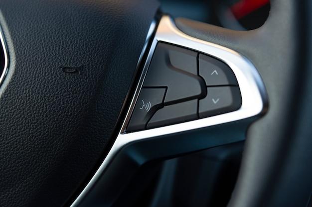 Botão de controle de voz no volante de um carro moderno