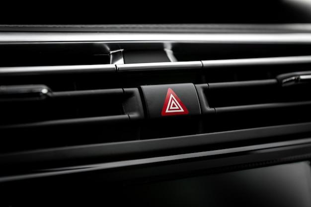 Botão de emergência no carro.