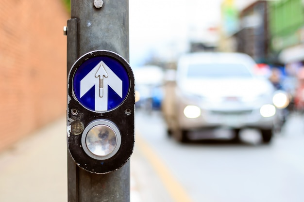 Botão de faixa de pedestres closeup para pedestres com soft-foco e sobre a luz no fundo