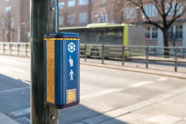 Botão de ícone de parar de atravessar na estrada