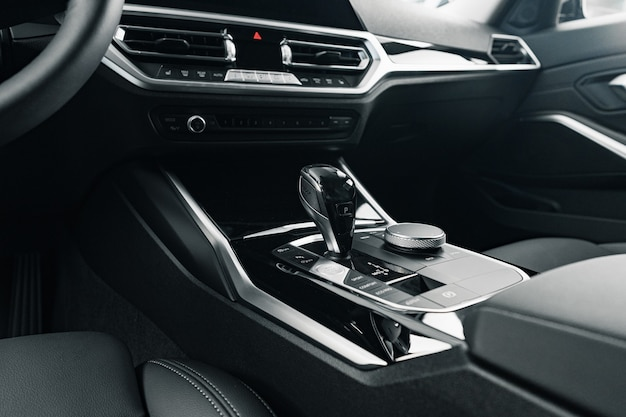 Botão de mudança de marcha de carro luxuoso close-up