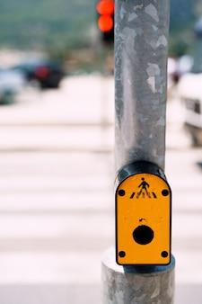 Botão de mudança de semáforo botão amarelo nos semáforos na estrada com faixa de pedestres