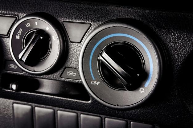 Botão do ar condicionado para ajuste do clima da temperatura em um carro.