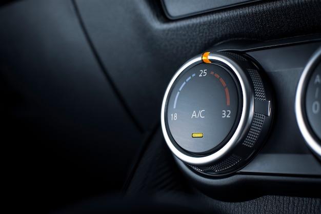 Botão do ar condicionado para ajuste do clima da temperatura em um carro
