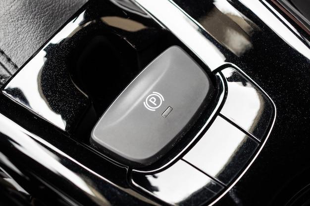 Botão do freio de mão eletrônico em carro moderno de luxo