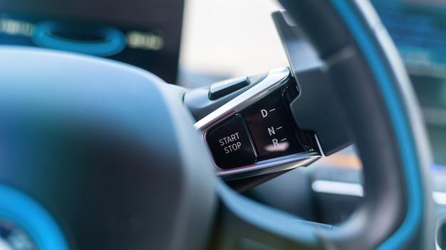 Botão iniciar no volante de um carro elétrico