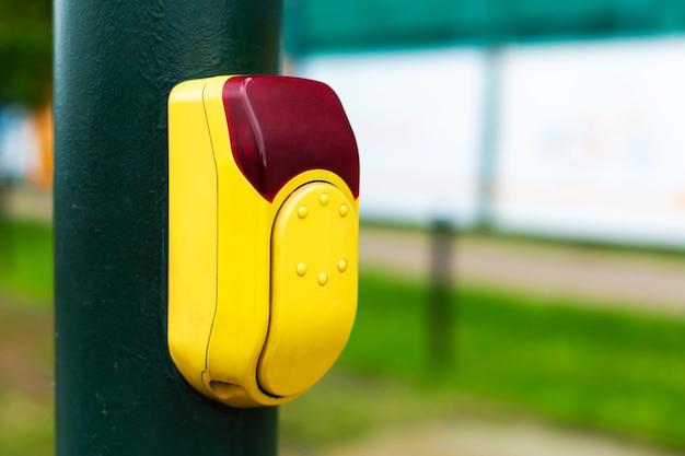 Botão para comutação de semáforos para passagem de pedestres.