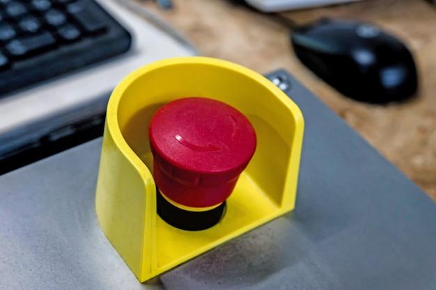 Botão vermelho de emergência no painel preto. pare