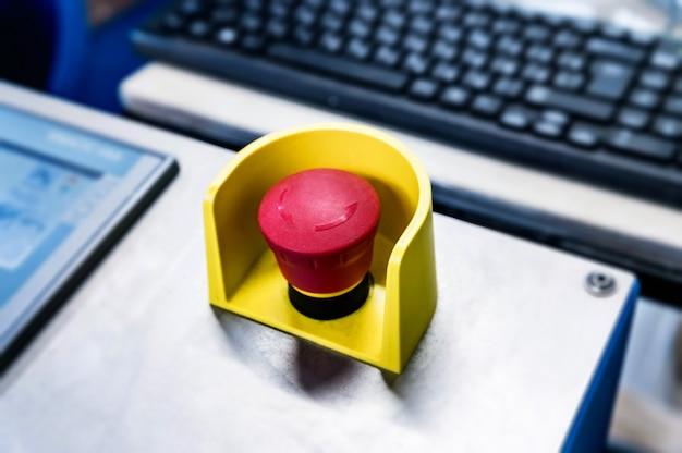 Botão vermelho de emergência no painel preto Foto Premium