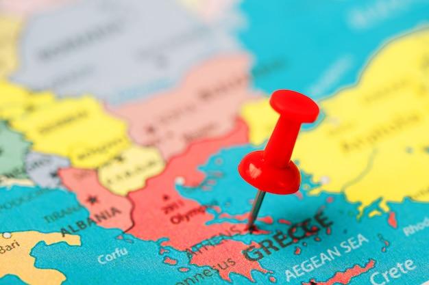 Botão vermelho indica a localização e as coordenadas do destino no mapa do país da grécia