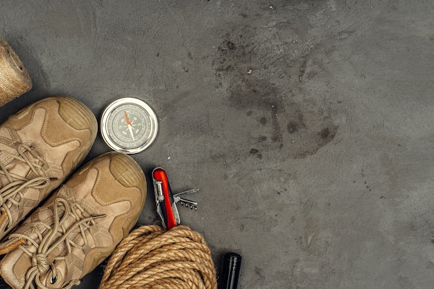 Botas, bússola e faca. caminhadas equipamentos ao ar livre