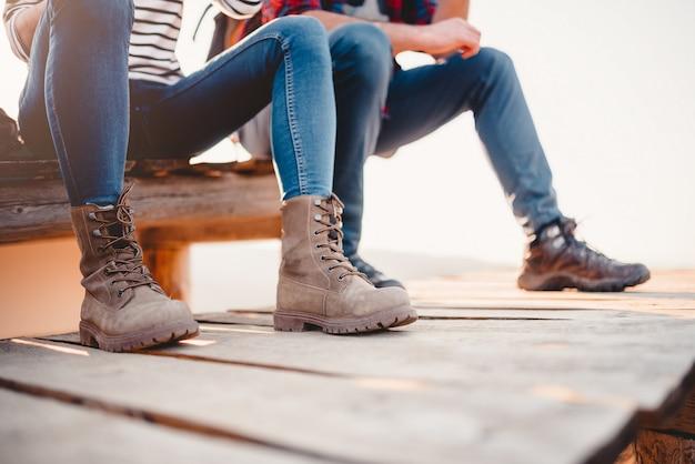 Botas de alpinista em um deck de madeira
