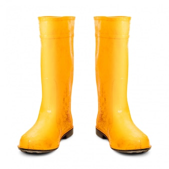 Botas de borracha amarelas isoladas no fundo branco.
