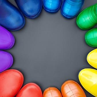 Botas de borracha coloridas de todas as cores do arco-íris