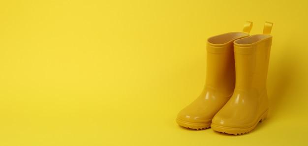 Botas de borracha para jardinagem em amarelo