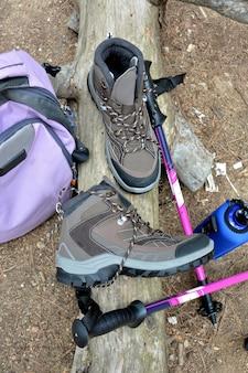 Botas de caminhada e posições de mochila na natureza