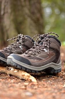 Botas de caminhada marrom em uma floresta
