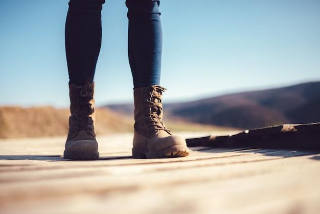 Botas de caminhantes em um deck de madeira