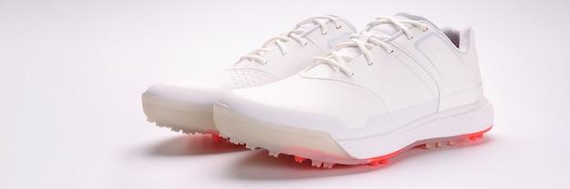 Botas de couro branco com pontas na sola, close-up