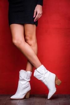 Botas de couro branco com salto marrom