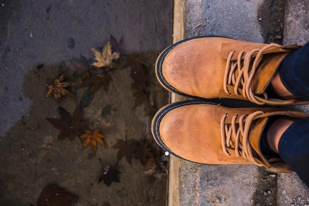 Botas de couro em pé na borda