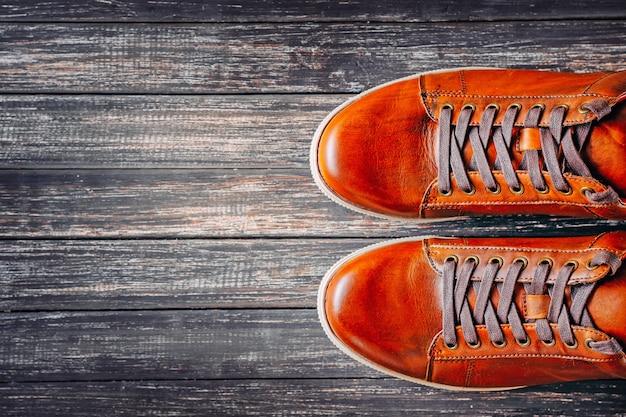 Botas de couro marrom na madeira