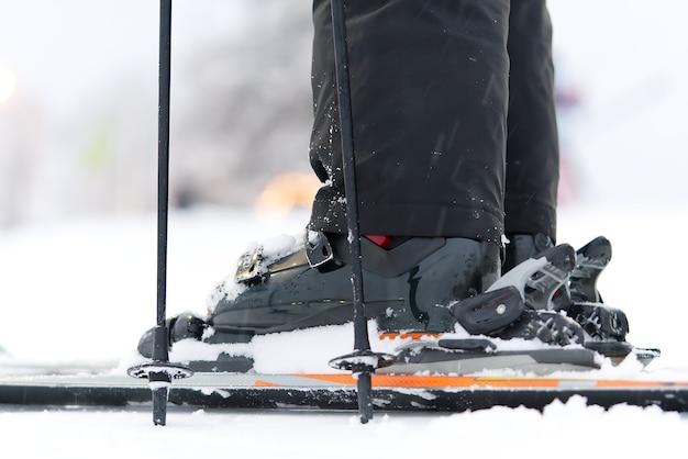 Botas de esqui e esquis no resort, close-up, em um dia de neve