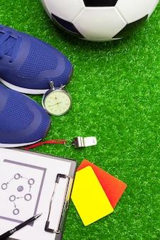 Botas de futebol e bola