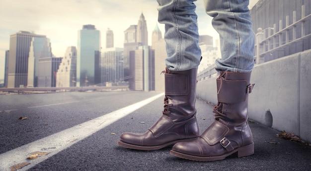 Botas de homem vestindo