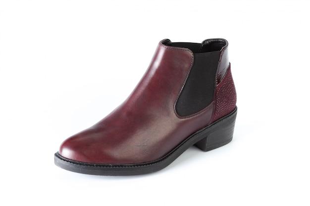 Botas de sapatos masculinos isolados no branco