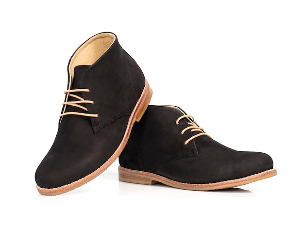Botas de tornozelo de couro preto da moda masculina isolada no branco.