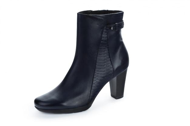 Botas de tornozelo feminino outono-inverno couro isoladas no fundo branco