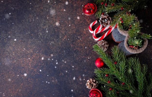 Botas do natal do fundo do natal, decoração do feriado e árvore de abeto. vista superior com cópia