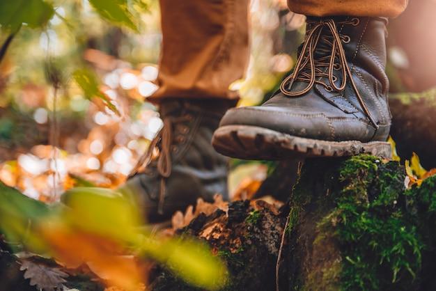 Botas enlameadas para caminhantes