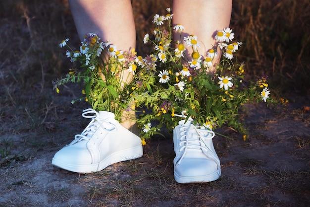 Botas femininas brancas com buquê de flores