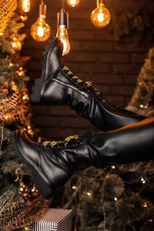 Botas femininas de couro preto com cordões