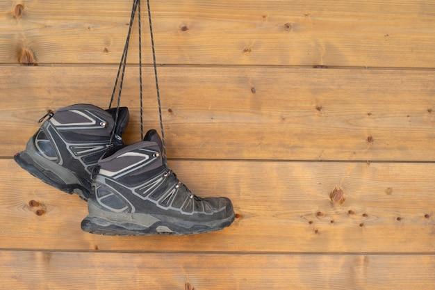 Botas penduradas em uma parede de madeira