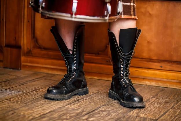 Botas pretas do exército. traje irlandês.