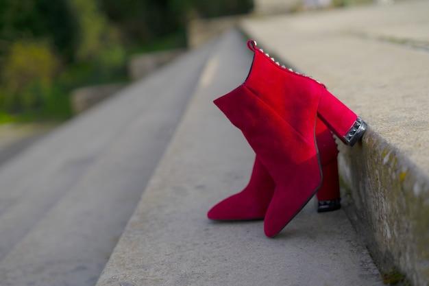 Botas vermelhas de salto alto, fashion e street style