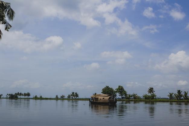 Bote de casa em movimento em um rio
