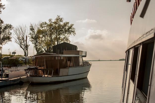 Bote visto de uma balsa navegando no rio po, na itália, no ponto delta.