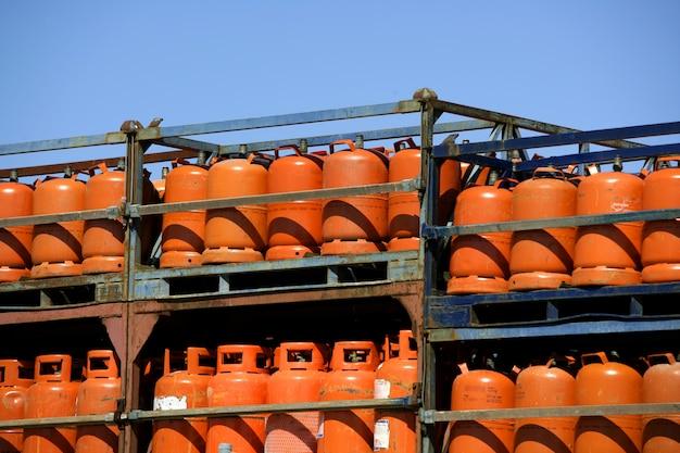 Botellas, bombas de gás butano color naranja