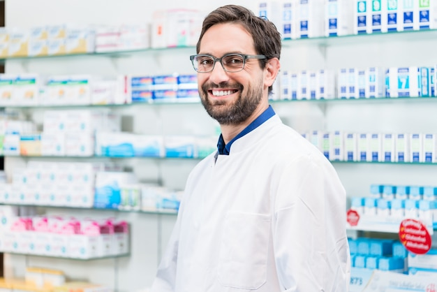 Boticário em pé de farmácia na prateleira com drogas
