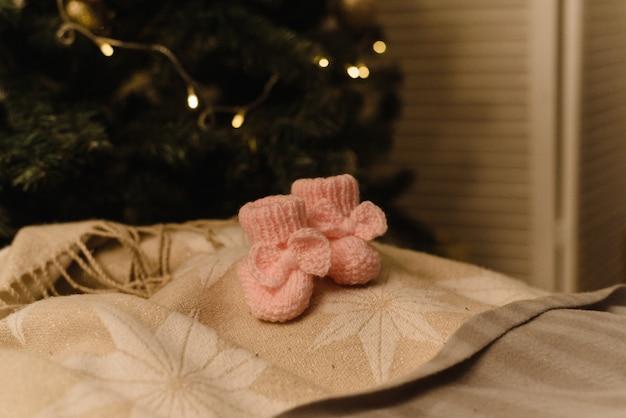 Botinhas de bebé em fundo de ano novo.