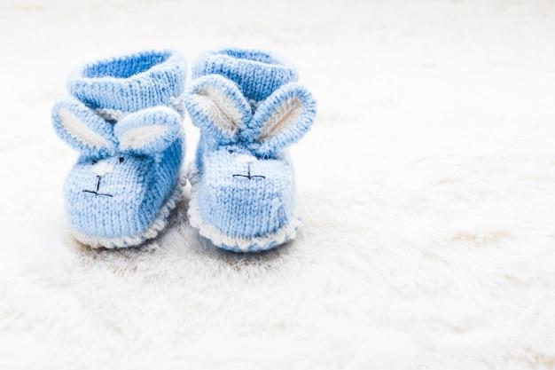 Botinhas de tricô azul bebê com focinho de coelho para menino