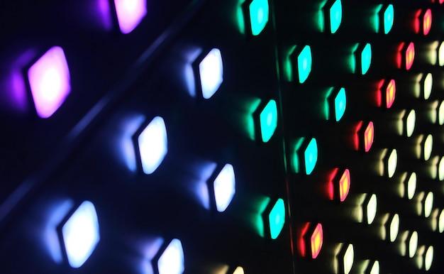 Botões coloridos de luz em uma grade