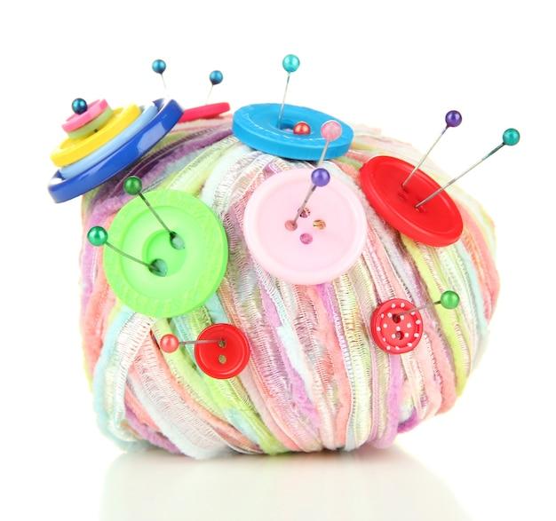 Botões coloridos e bola de lã multicolor, isolada no branco