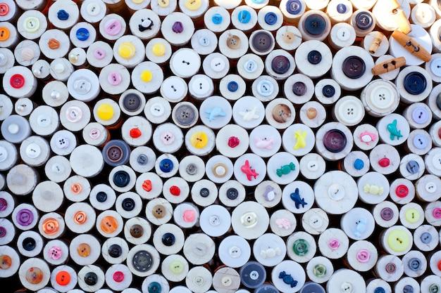 Botões coloridos exibem padrão de caixas redondas
