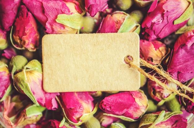 Botões de chá de rosas e tag. foco seletivo.