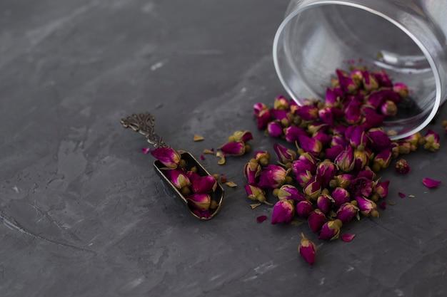 Botões de chá roxo aromático de close-up